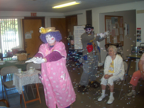 Clowns visit Alzheimer